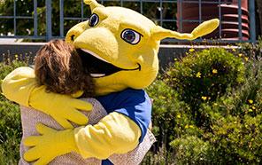Sammy Slug hugs person at Alumni Weekend